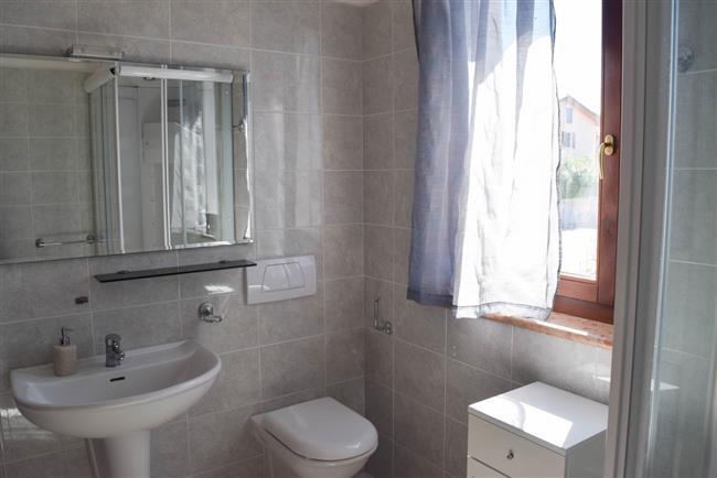 bagno con doccia e lavatrice