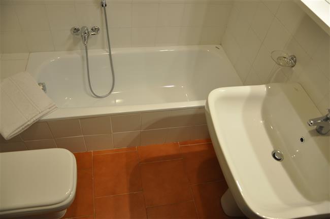 secondo bagno con vasca da bagno